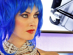 Roma, Photoshow 2012. Una modella dai capelli blu posa per i fotografi nello stand Samsung. (Adriano_2) Tags: blue portrait italy woman white rome roma canon stand donna model europa europe italia sitting blu performance samsung it bianco ritratto 2012 fiumicino mkii photoshow posa modella eios5d