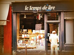 Le temps de lire (IsabelleTheDreamer) Tags: street paris france vintage reading library books montmartre bookstore bookshop showcase