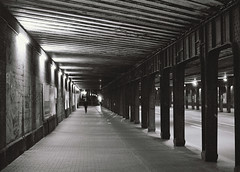 der Druck steigt (aperture one) Tags: street city analog de 50mm cityscape citylights stadt canona1 düsseldorf stadtlandschaft