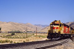 Red & Hot (IndustRail) Tags: california dry 1989 tehachapi atsf yellowgrass sd452 bealville