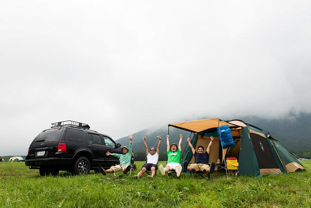 【男女別・季節別】キャンプに行くときの服装|子供/フェス/焚き火