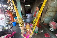 the baby (Kolkata Jukebox) Tags: caning saree kolkata kolkatajukebox jukebox street streetphotography streets kolkatastreet canon travel