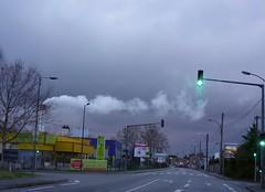 Sale temps sur la Ville Rose (Iris@photos) Tags: france midipyrénées toulouse rue fumée grisaille nuages