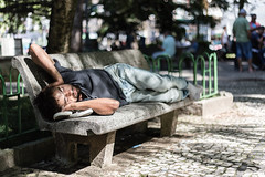 Barulho. (otavioanacleto) Tags: floripa sleeping sun sol canon bench square eos 50mm hands sleep florianpolis homeless banco beggar praa noise dormir ef mos slept noisy dormindo otvio mendigo pedinte 6d barulho fln anacleto dormiu barulhento otvioanacleto