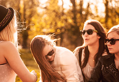 gossip (jonashellmann) Tags: park la sommer aachen westpark ac sonne chapelle mädchen sonnenbrille aix gegenlicht haare kaiserstadt studentinnen drausen
