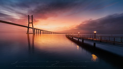 Vasco de Gama Sunrise (sgsierra) Tags: vasco de gama portugal lisboa amanecer sunrise europa watter river río pasarela