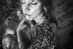 El pensar entre sombras y claros (Soledad Bezanilla) Tags: pensar think entre between sombras shades claros clear luz light arte art instantes momentos fotografia photography retrato portrait soledadbezanilla canoneos7d naturaleza nature