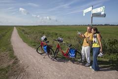 Ostseeradweg Radler (Radweg-Reisen) Tags: deutschland europa fahrrad fahrzeuge karte kulturlandschaft landschaft menschen radfahrer region stichwrter verkehr wegweiser wiese