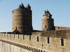 Château de Fougères... (Daniel.35690) Tags: architecture souvenirs bretagne breizh promenade amis château ballade 2012 remparts gobelin médiéval mélusine fougeres illevilaine 4mdsc pierete