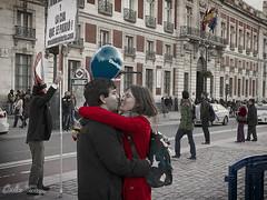 Amor, kilmetro cero. (Carlos Torija) Tags: madrid love sol couple pareja amor streetphotography omd puertadelsol m43 amorpsyche microfourthirds microcuatrotercios