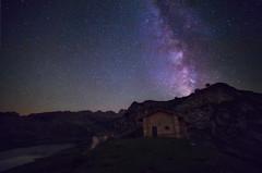 Refugio de pastores sobre el Lago Ercina (Toni DPZ) Tags: nocturna night covadonga asturias picosdeeuropa onis ercina enol lagos vialactea milkyway samyang stars astronomia senderismo