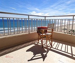 Esperando a Carolina..... (AGirau ...) Tags: flickr agirauflickr agirau toalla silla carolina terraza mar playa