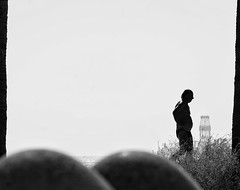 The old man and the sea (H.I.P.) Tags: man old silhouette sea street streetphotography fotografiadecalle blancoynegro blackandwhite