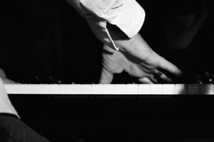 """della serie """"LE MANI NEL JAZZ"""" ... 10 / 15 (Maria Grazia Marrulli) Tags: travel man italia estate piano jazz mani persone uomo musica viaggio puglia biancoenero homme musicista eventi taranto notturno strumentimusicali faggiano inmovimento sancrispieri joniojazzfestival12 trithonia fabiorogoli"""