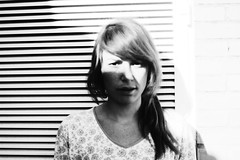 (osky_toxic) Tags: light shadow portrait bw white black blur luz girl chica retrato sombra desenfocado soleado oskytoxic quotsunnyquot quotsunquot quotblurryquot