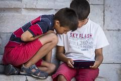 IN ATTESA DI ENTRARE-2 (matteocaponetti) Tags: lisbona game gioco tablet chiildren bambini attesa viaggioportogallo