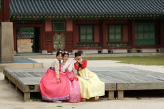 Selfie girls in Gyeongbokgung Palace ( ) (C. Alice) Tags: summer roof architecture building girl people 2016 ilce6000 sony a6000 sonya6000 sonysel1670zcarlzeissvariotessart tessar zeiss carlzeiss korea asia seoul