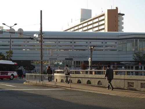 早朝の駅前