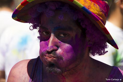 Holi 18 (Tono Carbajo) Tags: barcelona portrait people colors fiesta retrato happiness colores parade carmel bollywood felicidad holi pigments carmelo celebracion ind pigmentos