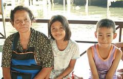 with grandma (the foreign photographer - ) Tags: grandma two food portraits canon children thailand kiss bangkok vendor khlong bangkhen thanon 400d