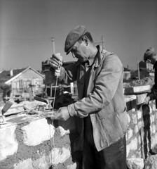 Ouvrier sur le chantier d'exprience de Noisy-le-Sec (Archives photographiques du MRU) Tags: 1945 maon ouvrierbtp chantierdexprience reconstruction noiretblanc noisylesec seinesaintdenis ledefrance