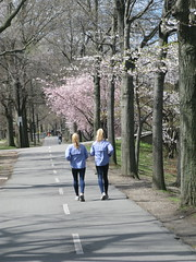 twins (Ir. Drager) Tags: park usa boston geotagged spring twins massachusetts running esplanade charlesriveresplanade geo:lat=4235519190812619 geo:lon=710778375813353