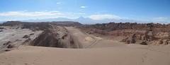 """Le désert d'Atacama: vue depuis le sommet de la Duna Mayor (Valle de la Luna). Au loin, le volcan Licancabur. <a style=""""margin-left:10px; font-size:0.8em;"""" href=""""http://www.flickr.com/photos/127723101@N04/28605997914/"""" target=""""_blank"""">@flickr</a>"""