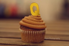 Q (Fajer Alajmi) Tags: wood caramel cupcake letter