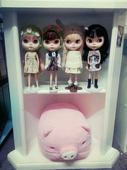 dolly shelf ... on that day (prettyinthekitchen) Tags: doll blythe custom goldie meimei flickrandroidapp:filter=sydney