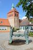8306 Fischerbrunnen von Arneburg - Kirchturm der romanischen Stadtkirche St. Georg. (stadt + land) Tags: fischerbrunnen kirchturm romanische stadtkirche st georg stadt arneburg elbe landkreis stendal sachsenanhalt
