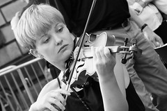 Fringe on the Mile 2016 0179 (byronv2) Tags: edinburgh edimbourg edinburghfestival edinburghfestivalfringe edinburghfringe edinburghfringe2016 edinburghfestivalfringe2016 fringe2016 fringe royalmile oldtown performer candid street peoplewatching woman girl pretty beautiful music musician violin violinist youngwoman young blackandwhite blackwhite bw monochrome