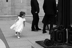 Runing around the grown ups * Courir autour des adultes (Papaye_verte) Tags: course portrait child runing mariage streetphotography candidportrait enfant glisenotredame montral qubec canada
