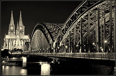 """ Nightshot monochrome "" #Hohenzollern brcke and the Klner Dom# (Kalbonsai) Tags: hohenzollernbrcke kln rhein waterscape sunset kirche dom nikon d5100 1685mm outdoorphotography monochrome bw zwartwit germany city stad"