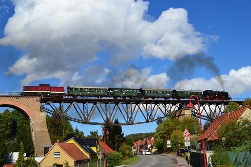 112 703-4 und 86 1333-3 auf dem Mansfelder Viadukt
