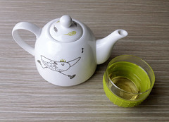 tea time! (: c a y a g u t :) Tags: china music bird ink libertad freedom fly tea handmade drawing song joy happiness skate sing handpainted teapot felicidad creature dibujo msica porcelain tinta cermica patines musique pjaro tintas t porcelana volar tetera cancin customizacin dibujocontemporneo drawingonink
