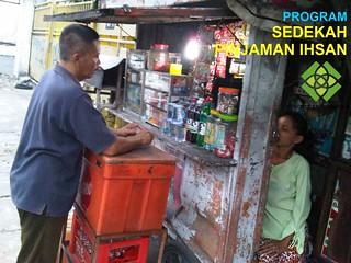 Ny, Siti Ida Farida sdg. Melayani Pembeli