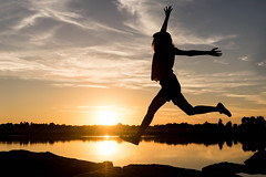 Jump! (elda maganto) Tags: atardecer sunset light crepsculo salto jump contraluz silouette backlighting blue orange summer lake water sky nature selfportrait