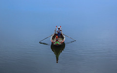 lone captain (Jake Vince) Tags: reisen burma bridge ubeinbridge amarapura myanmar wooden longest lake water boat boatsman rowing reflection buddhism u bein man taung tha