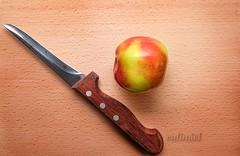 Der erste Apfel (calimiel) Tags: holz brett apfel messer holzgriff ernte photoshop fujifilm xa1