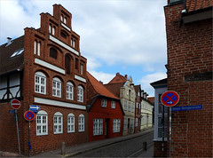 Lueneburg - Auf dem Meere (oxfordian.world) Tags: houses streets germany deutschland historic cobblestones gables altstadt lueneburg brickbuildings historisch norddeutschland niedersachsen lowersaxony northgermany giebel kopfsteinpflaster strasen germanheritage oxfordian backsteinbauten aufdemmeere oxfordianworld oxfordiankissuth 201304 lnbeburg