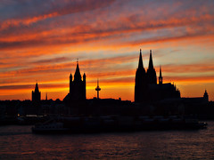 Kölner Sonnenuntergang (Andy von der Wurm) Tags: sunset sky panorama church silhouette night clouds river germany deutschland europa europe sonnenuntergang cathedral cloudy dom kirche cologne himmel wolken köln alemania nrw fluss rhine rhein allemagne koeln nordrheinwestfalen rheinufer northrhinewestfalia silhouetten