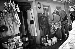 Antique (Das Fotoimaginarium) Tags: street old people white black shop market thomas antique watching streetphotography clothes seeing buying brhl rustikal strase fusgngerzone strasenfotografie fotoimaginarium szynkiewicz