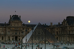 Muse du Louvre - Paris (France) (Meteorry) Tags: europe france paris louvre musedulouvre ledefrance idf lune luna moon fullmoon pleinelune evening night soir nuit pyramide pyramidedulouvre july 2016 meteorry