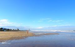 """Aprovecho que estoy sola en la playa para hacerme un selfi""  (Eso crea ella, je je) (AGirau ...) Tags: agirauflickr flickr agirau haciendounselfi seoraenbikini bikini olas mediterraneo mar"