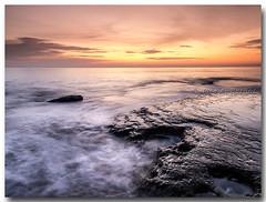 Un amanecer a orillas del mar (Carpinet.) Tags: amanecer sunrise sunset atardecer mar sea waves olas lanscape longexposure largaexposicin rocas seda cielo naranja sun sol