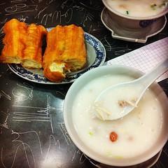 โจ๊กฮ่องกง กินแล้วอารมณ์เหมือนซุป แต่มันเด็ดตรงเนื้อปลาแร่บางๆ กับหมูก้อนเล็กเหลี่ยมๆ เคี้ยวกรึบๆ ซัดคู่กับปาท่องโก๋อันเท่าบ้องข้าวหลาม เด็ดดวง