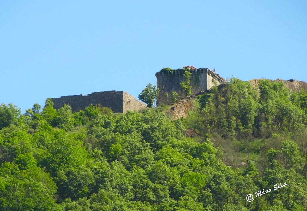 Águas Frias (Chaves) - ... outra visão do Castelo de Monforte de Rio Livre (Monumento Nacional)