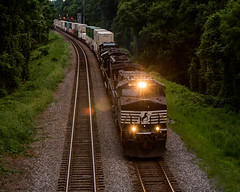 NS 214 comes through the signals at Arrowhead getting ready to tie down and wait for a relief crew due to a broken rail (bdunn829) Tags: railroad ns trains arrowhead norfolksouthern 214 railfanning ns214 arrowheadvalleyroad