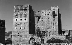 Huth - (Micheline Canal) Tags: arabie architecture house landscape maison paysage yemen villagemontagnenoiretblanc