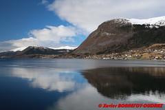 Nordfjord - Nordfjordeid (soyouz) Tags: geo:lat=6190566845 geo:lon=598871380 geotagged nor nordfjordeid norvge os sognogfjordane neige montagne fjord nordfjord norvegela